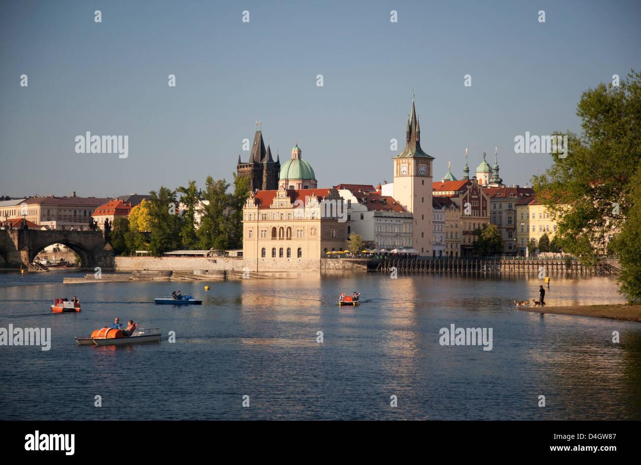 Il fiume Moldava e Smetana Museum, Praga, Repubblica Ceca Immagini Stock