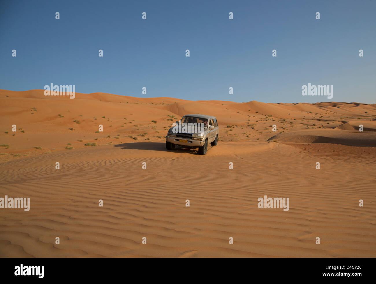 La trazione a quattro ruote motrici sulle dune del deserto, Wahiba, Oman, Medio Oriente Immagini Stock