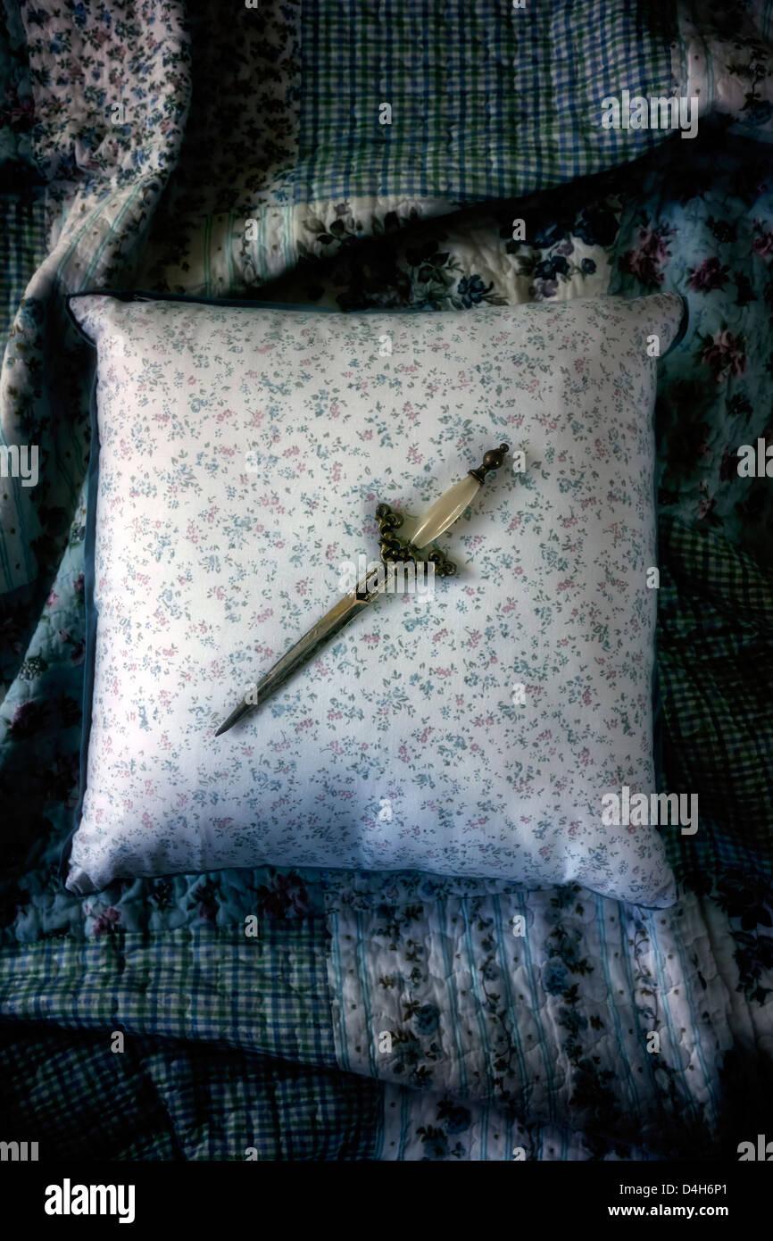 Un pugnale su un cuscino vintage Immagini Stock