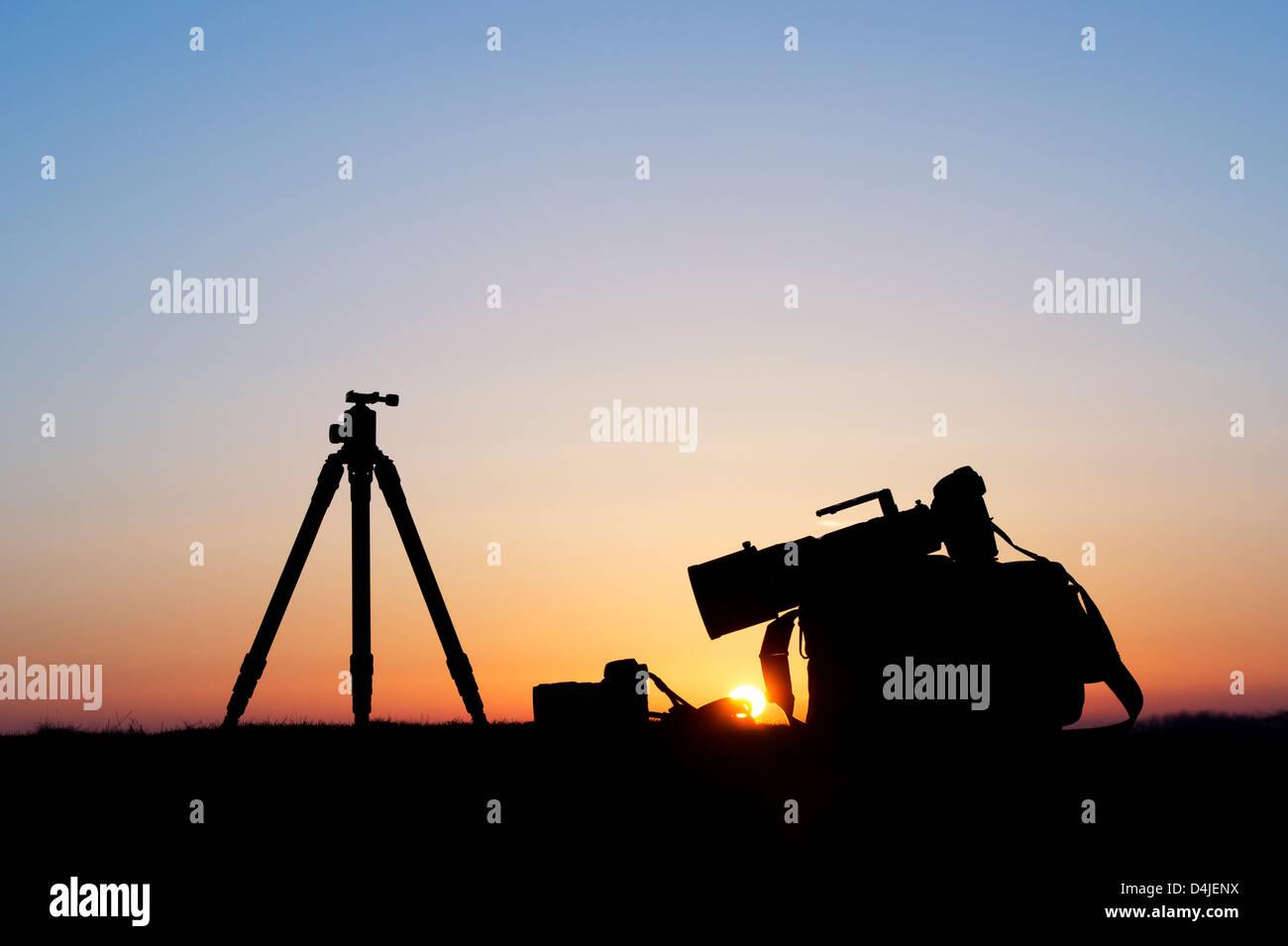 Attrezzatura fotografica a sunrise. Silhouette Immagini Stock