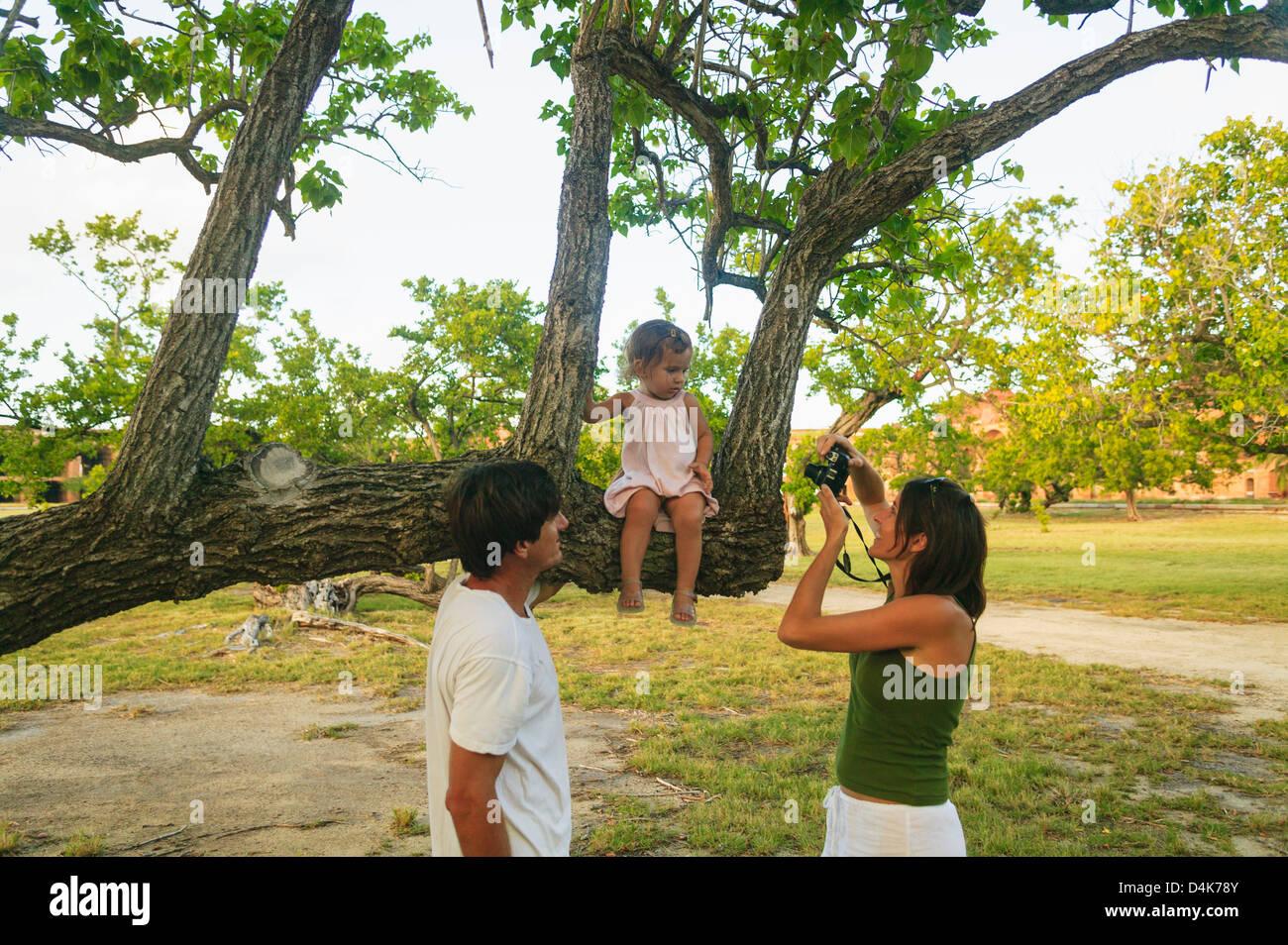 Famiglia di scattare foto in posizione di parcheggio Immagini Stock
