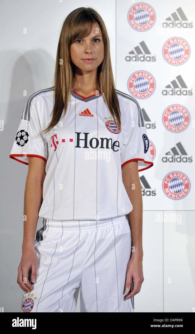 Un modello presenta la maglia della Bundesliga tedesca club FC ...