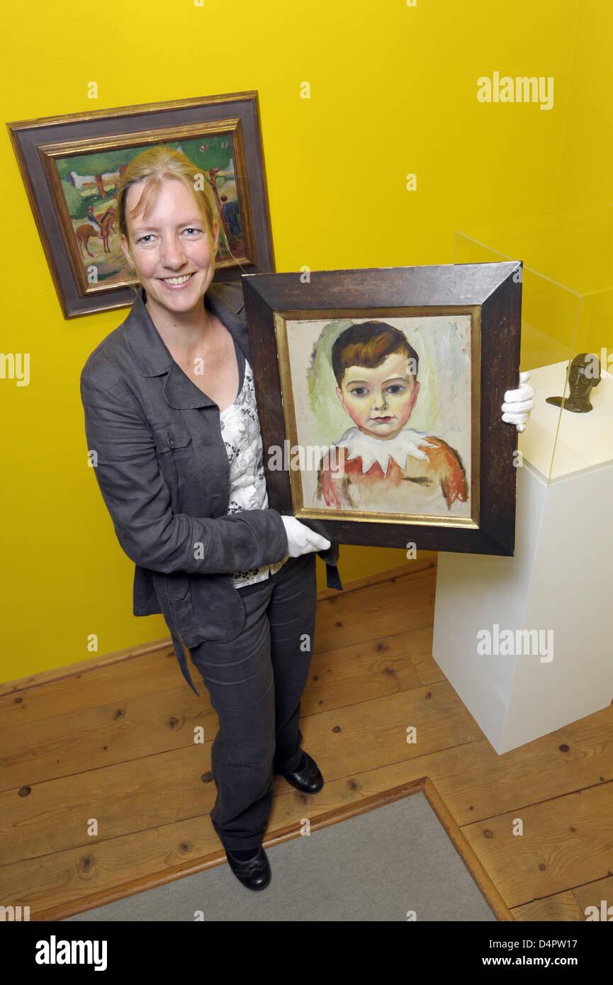 Ina Ewers-Schultz, curatore della mostra ?August Macke - Tutti privati?, presenta il dipinto ?Walter in un collare Immagini Stock