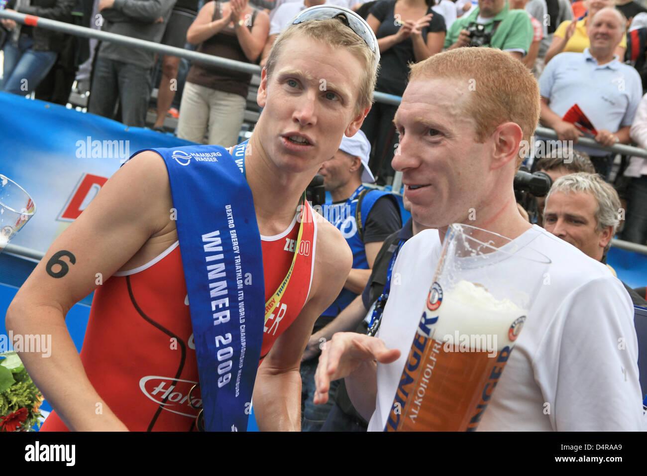 Noi vincitore Jarrod Shoemaker (L) condivide una birra con il suo connazionale Mark Fretta (R) presso l'ITU Immagini Stock