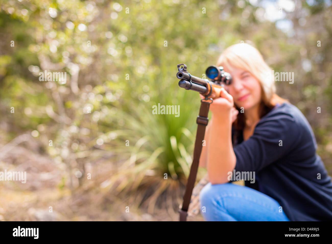 Giovane donna sparare con un fucile da caccia arma, femmina 19 caucasici, Texas, Stati Uniti d'America Immagini Stock