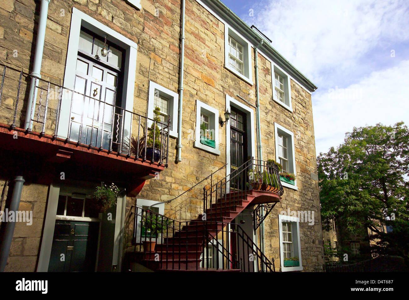 Le fasi e gli sbarchi di retro di appartamenti a ramsay gardens Immagini Stock