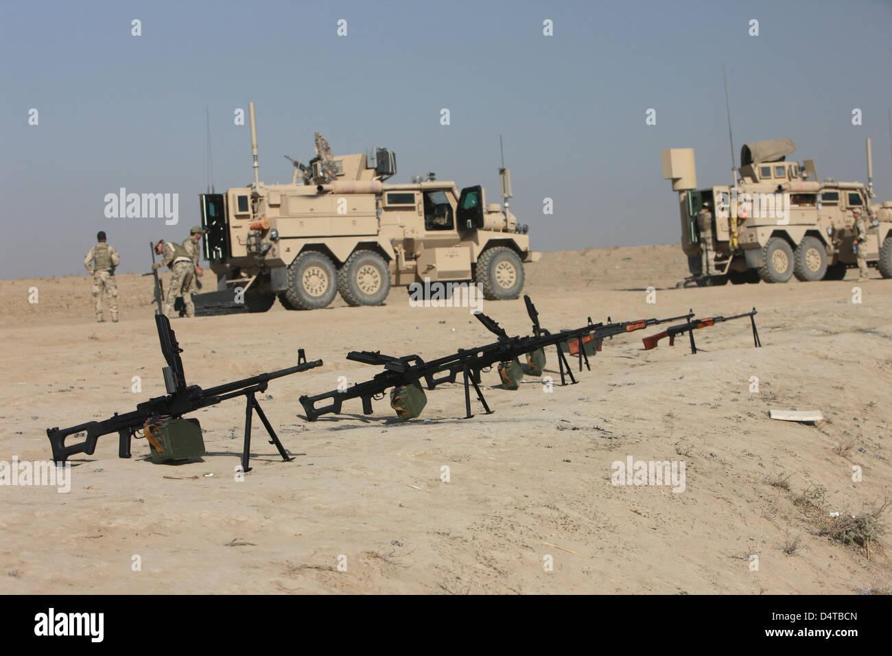 PK 7,62 mm general-purpose mitragliatrici e RPK Kalashnikov sit pronto su un poligono di tiro a Kunduz, Afghanistan. Immagini Stock