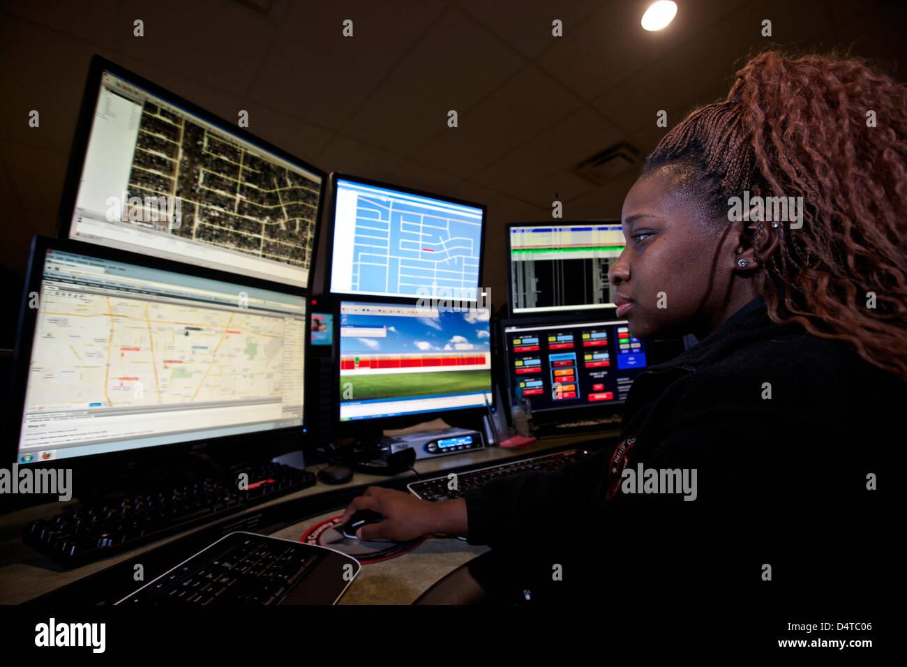 Giovane donna che lavorano nella sala di controllo centrale per il servizio di emergenza la spedizione. Foto Stock