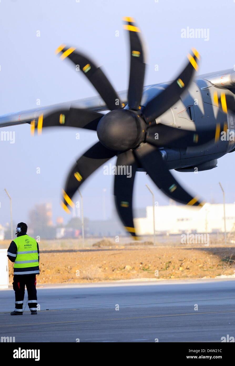 Il militare Airbus A400M è pronta per il suo primo volo in Sevilla, Spagna, 11 dicembre 2009. I quattro bimotore aereo ha preso il largo nella parte anteriore del 2500 gli ospiti al trimestre passato dieci del mattino in splendido sole. Il volo inaugurale era stato originariamente previsto per l'inizio del 2008. Foto: MAURIZIO GAMBARINI Foto Stock