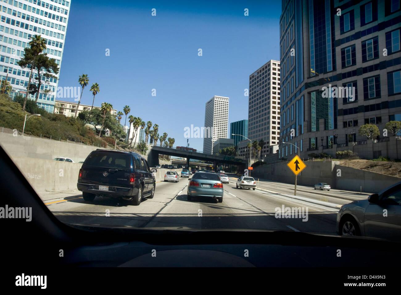 Vista di freeway in downtown Los Angeles attraverso il parabrezza della vettura Immagini Stock