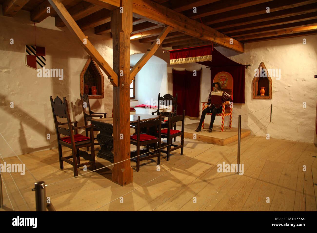 Mobili e modelli o di manichini che mostra lo stile di vita all'interno del castello Predjama Slovenia Immagini Stock
