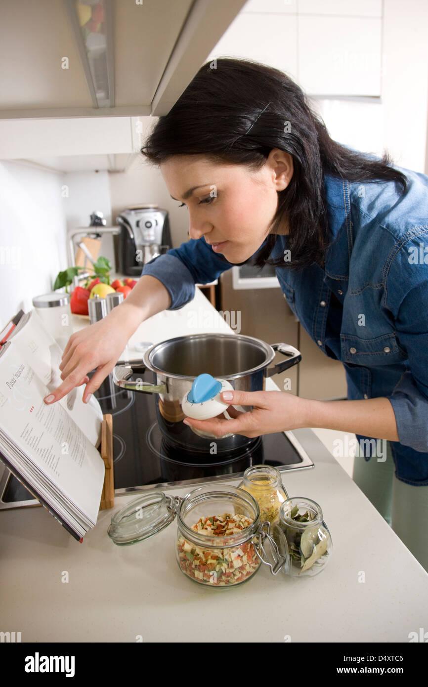 Donna che utilizza il timer da cucina foto immagine stock 54679638 alamy - Timer da cucina ...