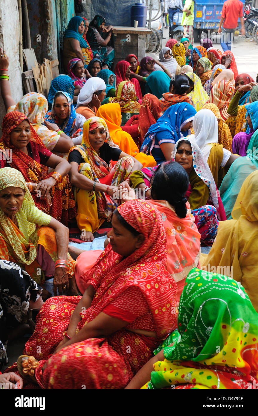Le donne sedute sulla strada in Paharganj, New Delhi Immagini Stock