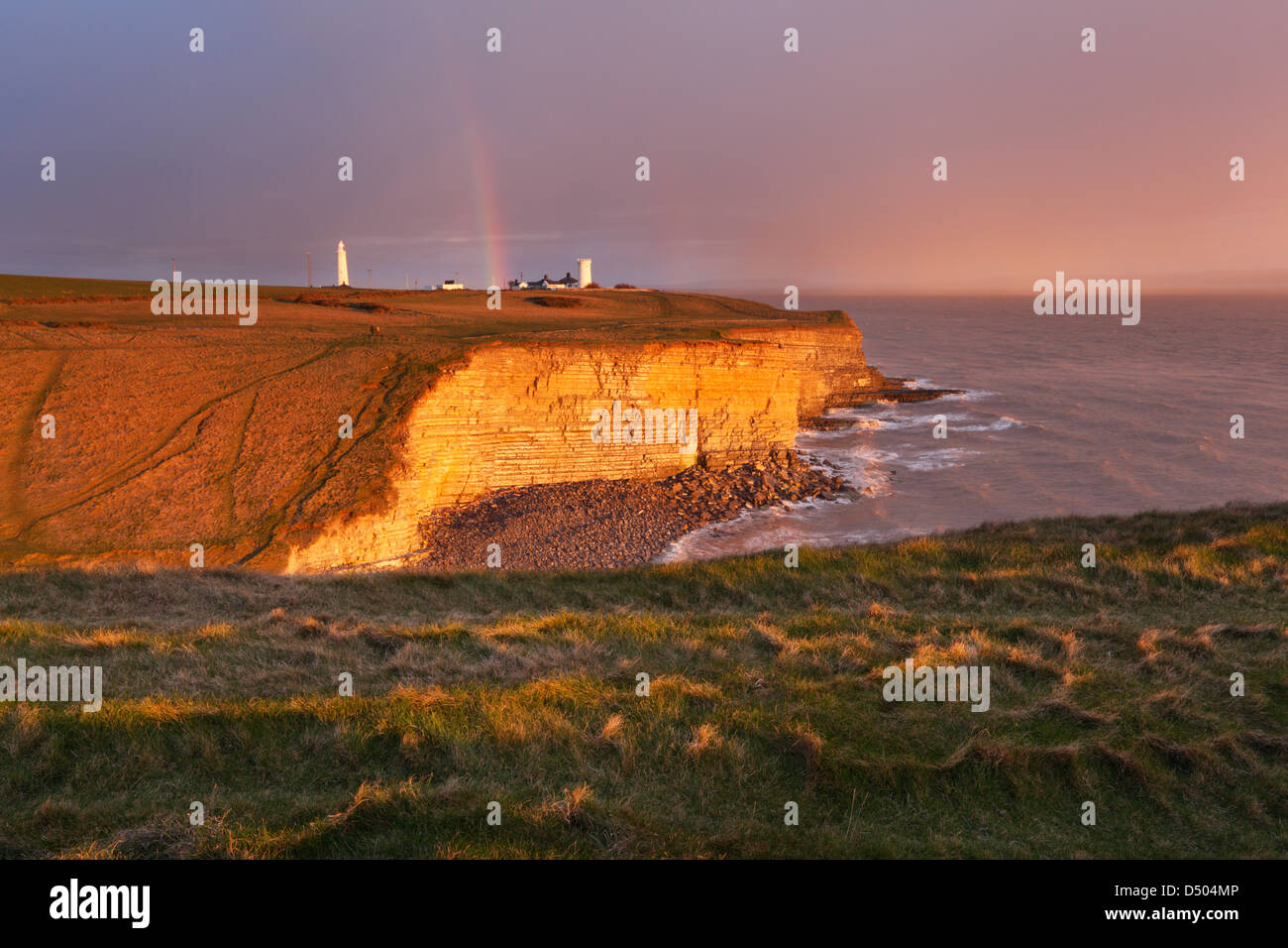 Rainbow supera Nash punto al tramonto. Glamorgan Heritage Coast. Vale of Glamorgan. Il Galles. Regno Unito. Immagini Stock