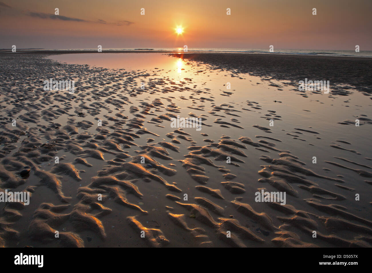 Inghilterra; tramonto; sabbia; increspature;; tranquillo Norfolk; BRANCASTER Immagini Stock
