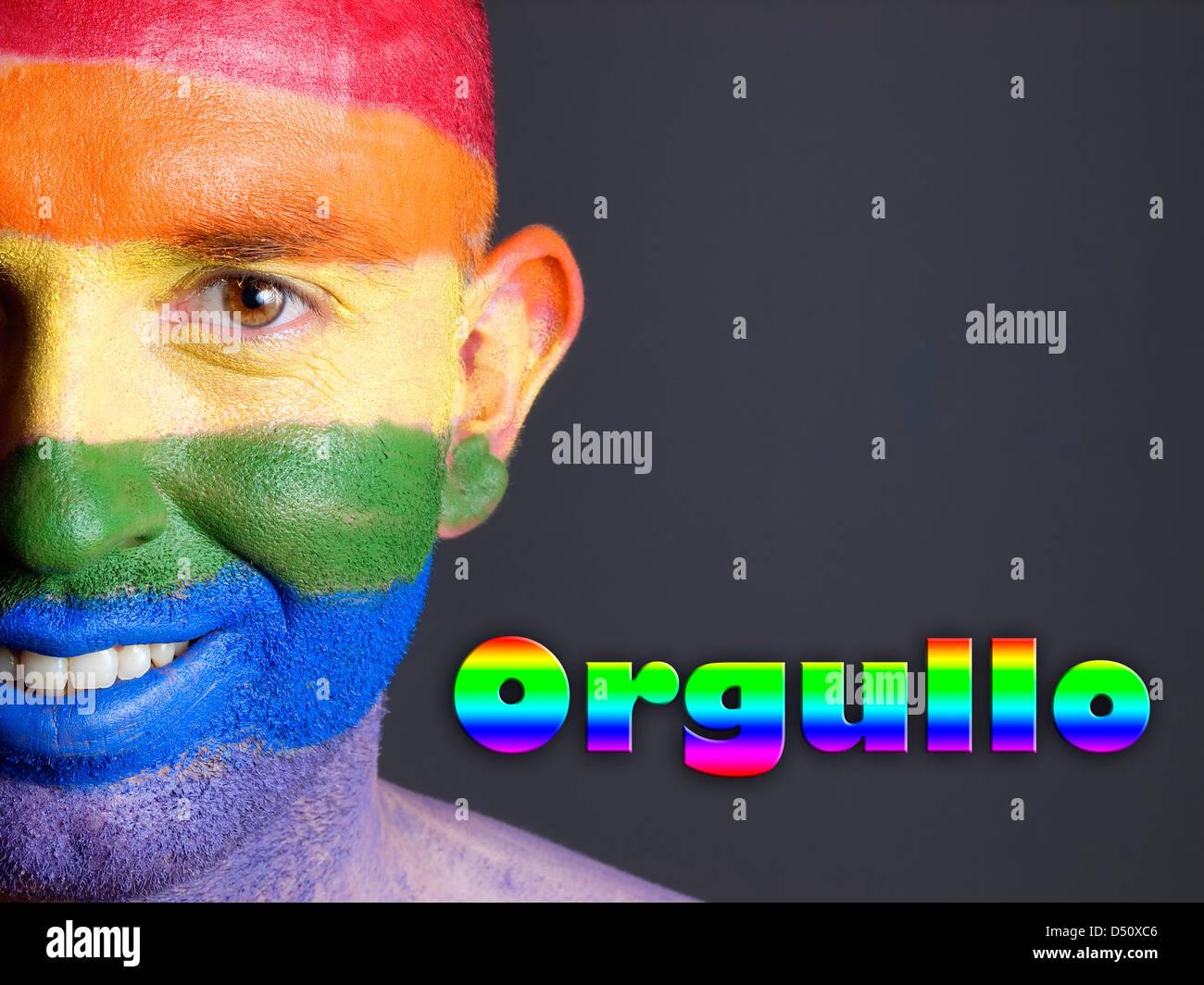 Hombre con la bandera gay pintada en la cara sonriendo y. La Palabra Stampa 'orgullo' esta escrita en lado Immagini Stock
