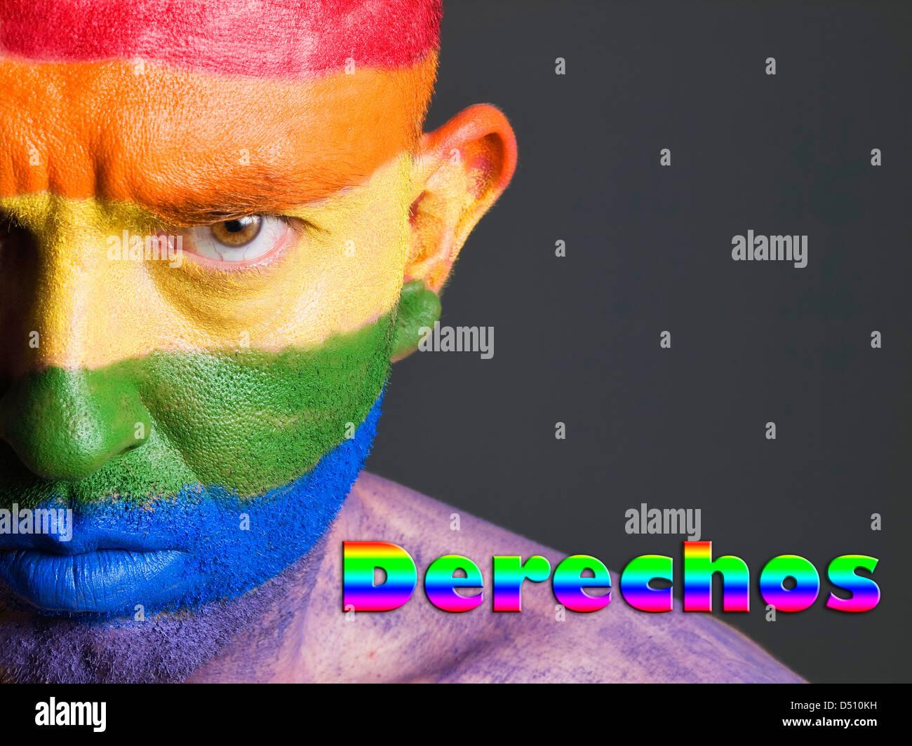 Hombre con la bandera gay pintada en la cara y con expresion seria. La Palabra Stampa 'derechos' esta escrita Immagini Stock