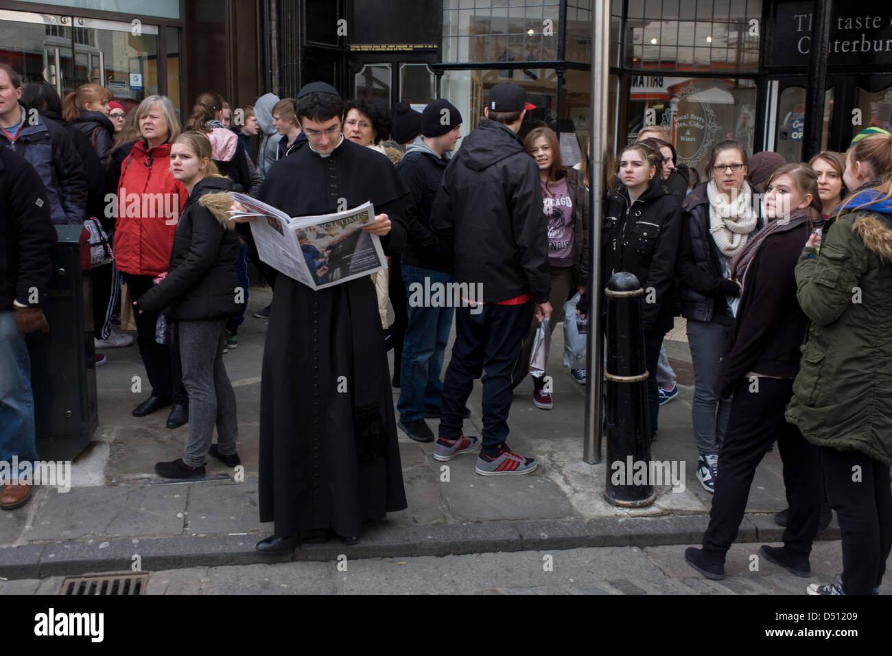 Canterbury, Regno Unito. Xxi Marzo 2013. Il padre Thomas James da San Pietro chiesa cattolica di Petersfield legge Immagini Stock
