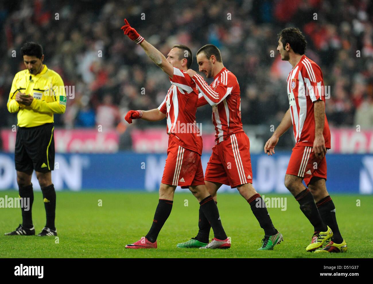 Monaco di Baviera Diego è contento (C) e Hamit Altintop (R) allietare con Franck Ribery dopo il suo obiettivo Immagini Stock