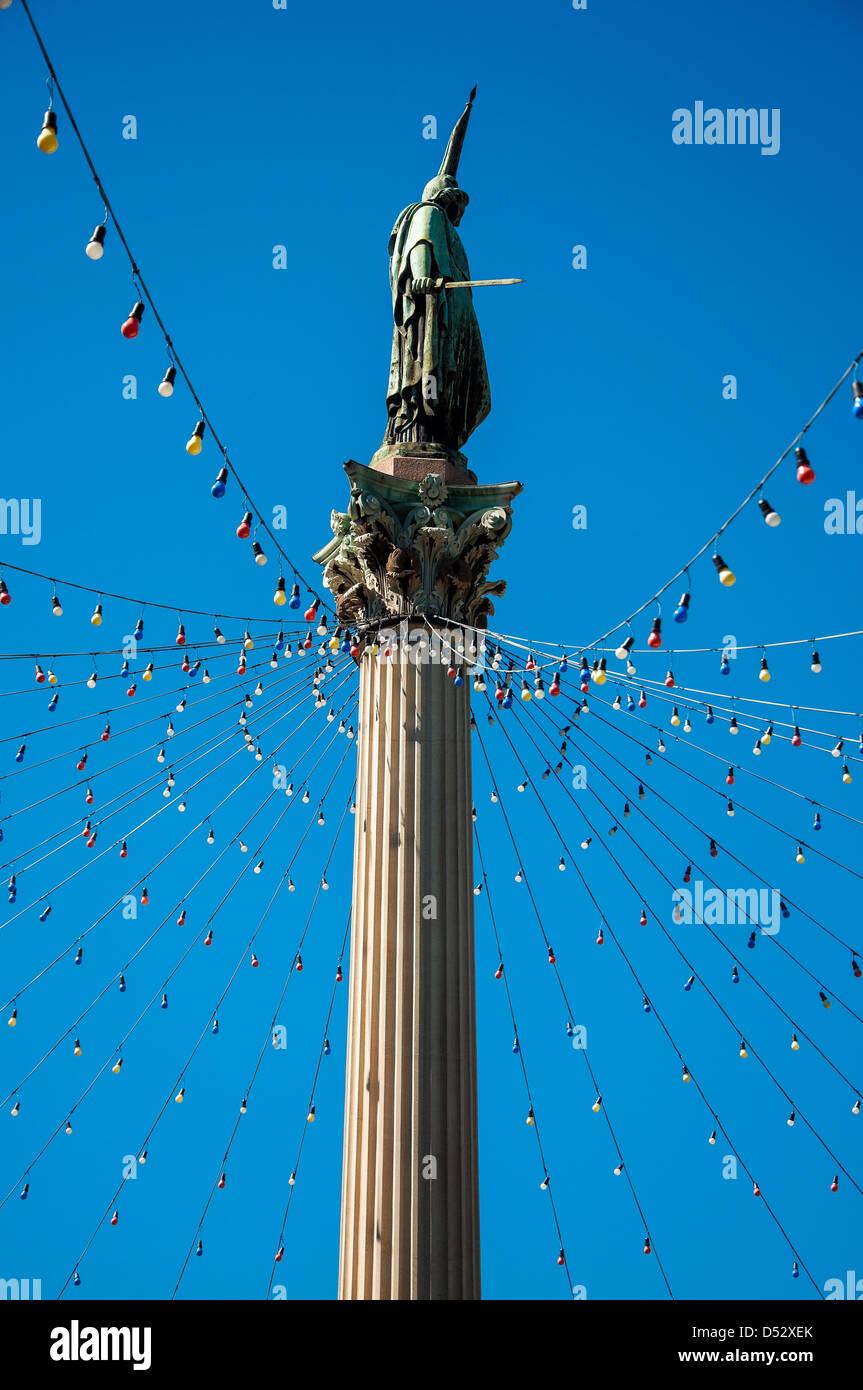 Statua di pubblico a Montevideo con il blu del cielo e le luci di Natale Immagini Stock