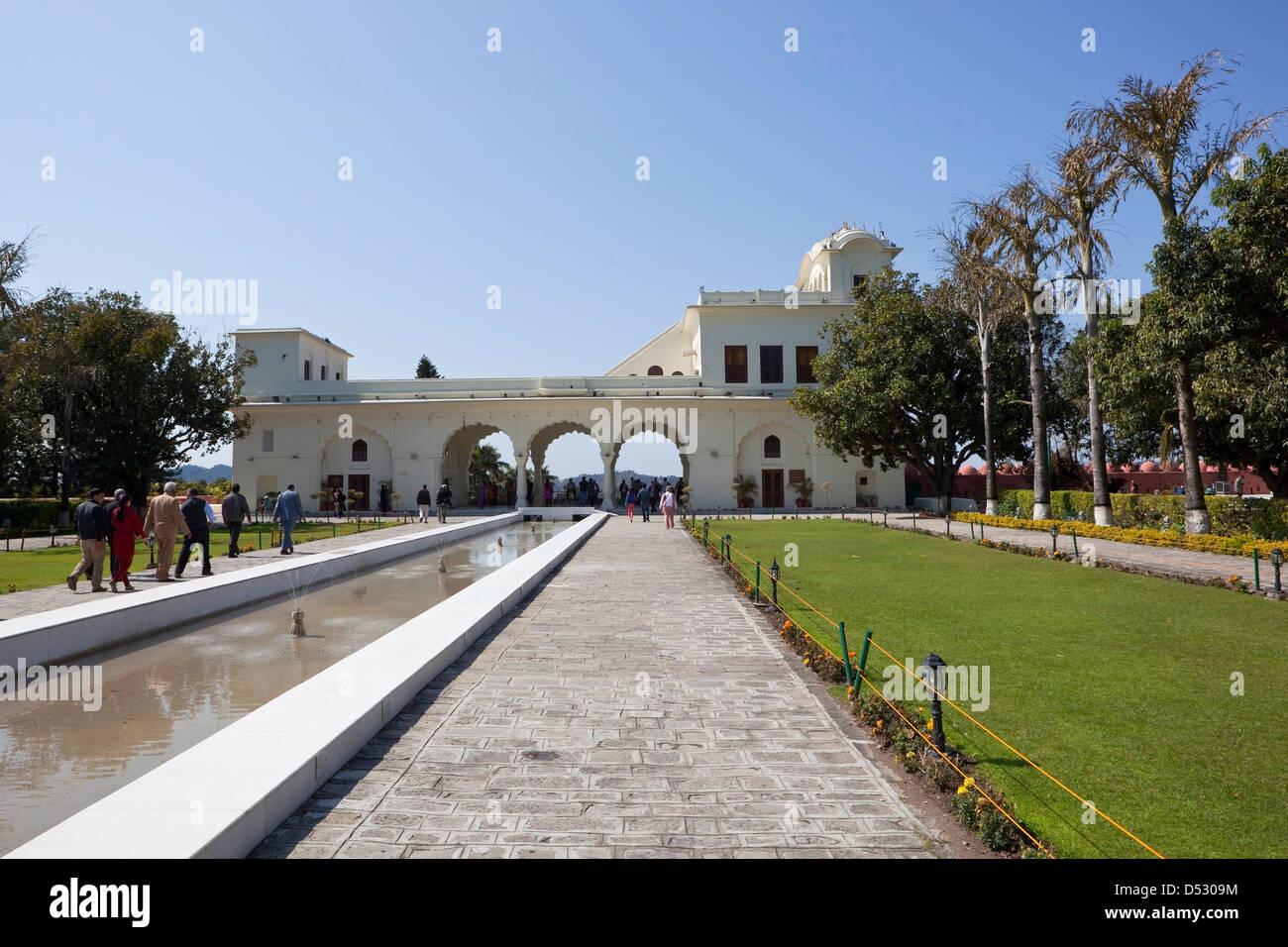 I visitatori godere di passeggiate nei giardini Pinjore in Haryana membro con architettura di marmo bianco e alberi Immagini Stock