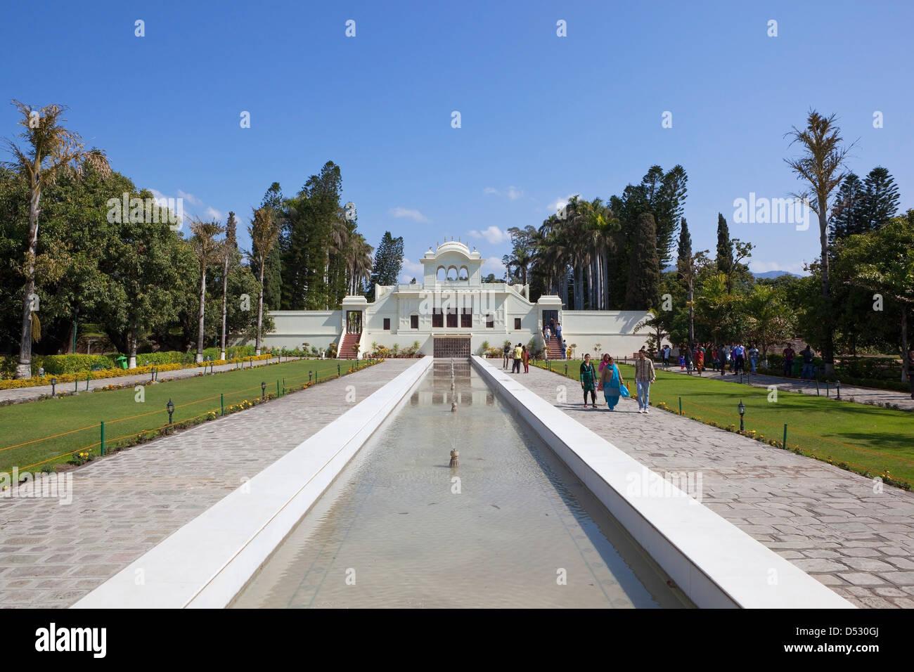 Pittoresche fontane e stile Mughal architettura a Pinjore Giardini in Haryana vicino Punjab India sotto un cielo Immagini Stock