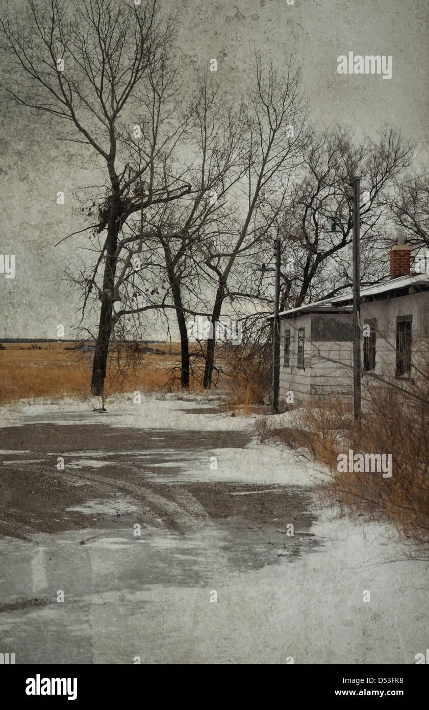 Guardando desolato paesaggio e abbandonate il vecchio edificio in inverno Immagini Stock