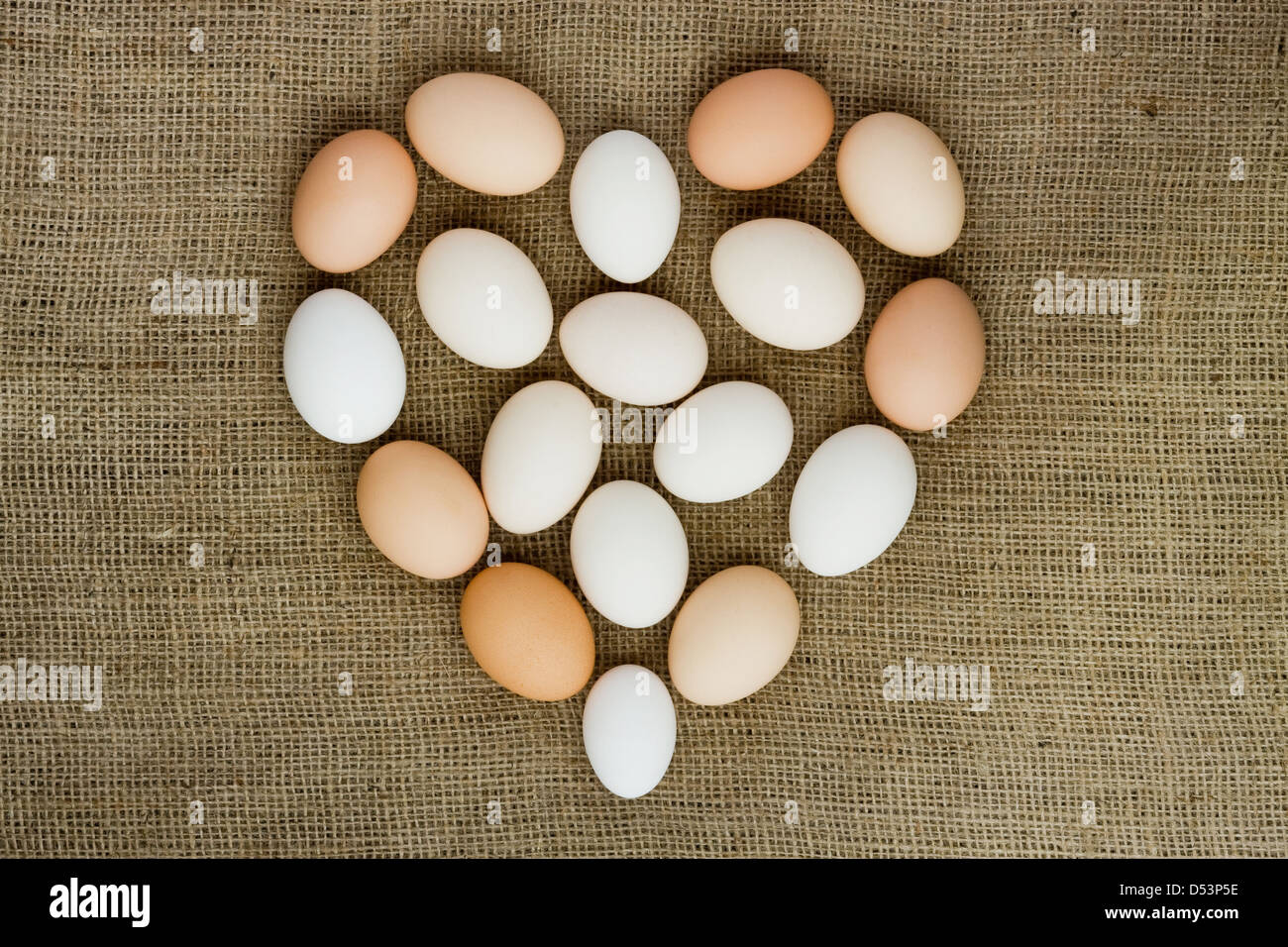 Uova fresche dalla fattoria, forma di cuore Immagini Stock