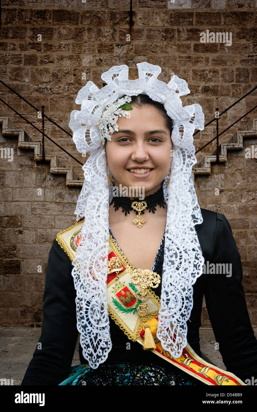 La ragazza spagnola in costume tradizionale compresi i pizzi mantilla velo o scialle durante Las Fallas o Falles Immagini Stock