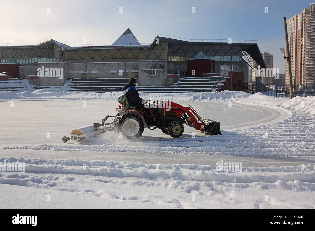 Macchina neve rimuove la neve sulla pista di pattinaggio impianto sportivo Immagini Stock