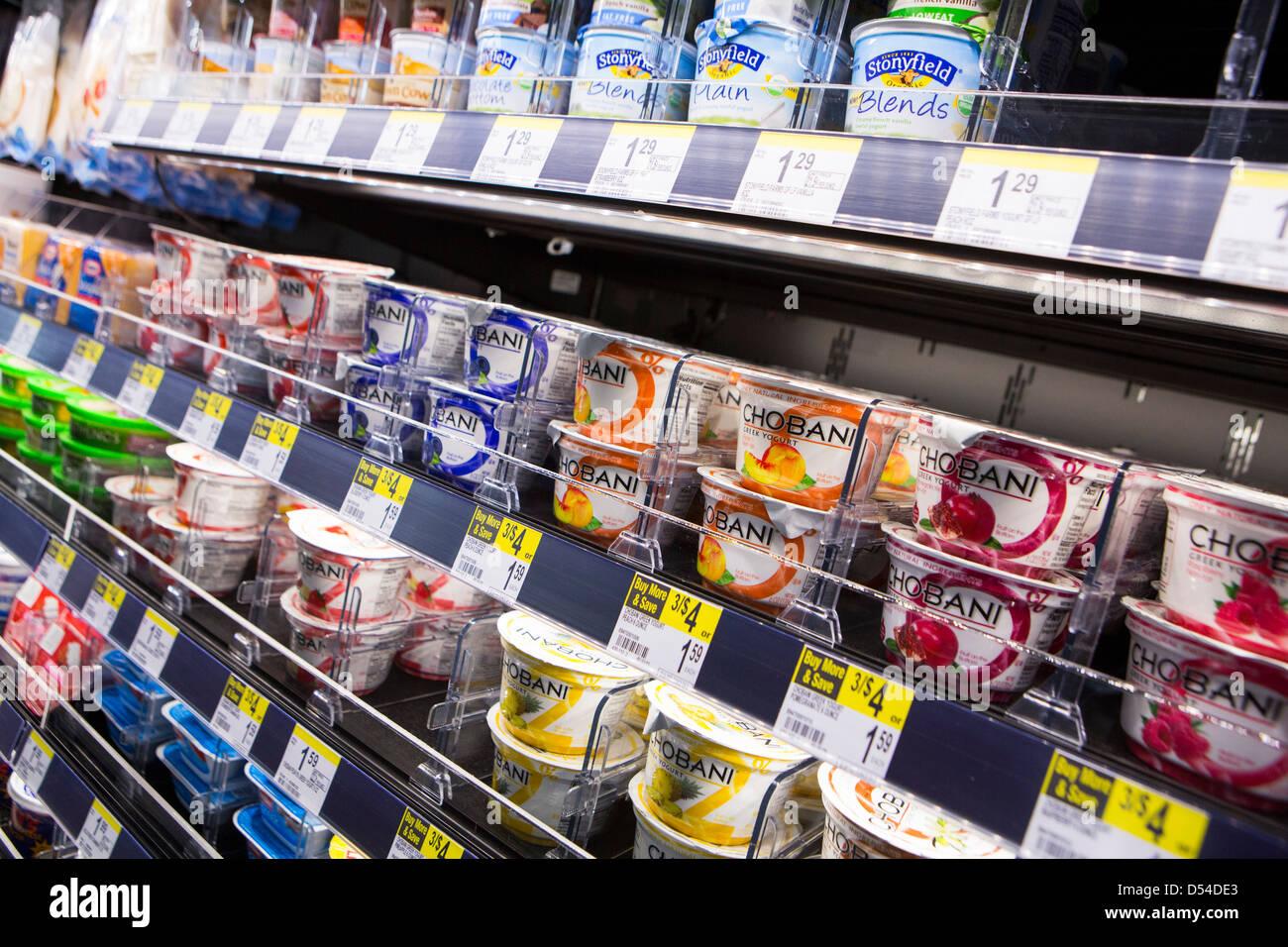 Yogurt e altri prodotti caseari sul visualizzatore in corrispondenza di un Walgreens flagship store. Immagini Stock