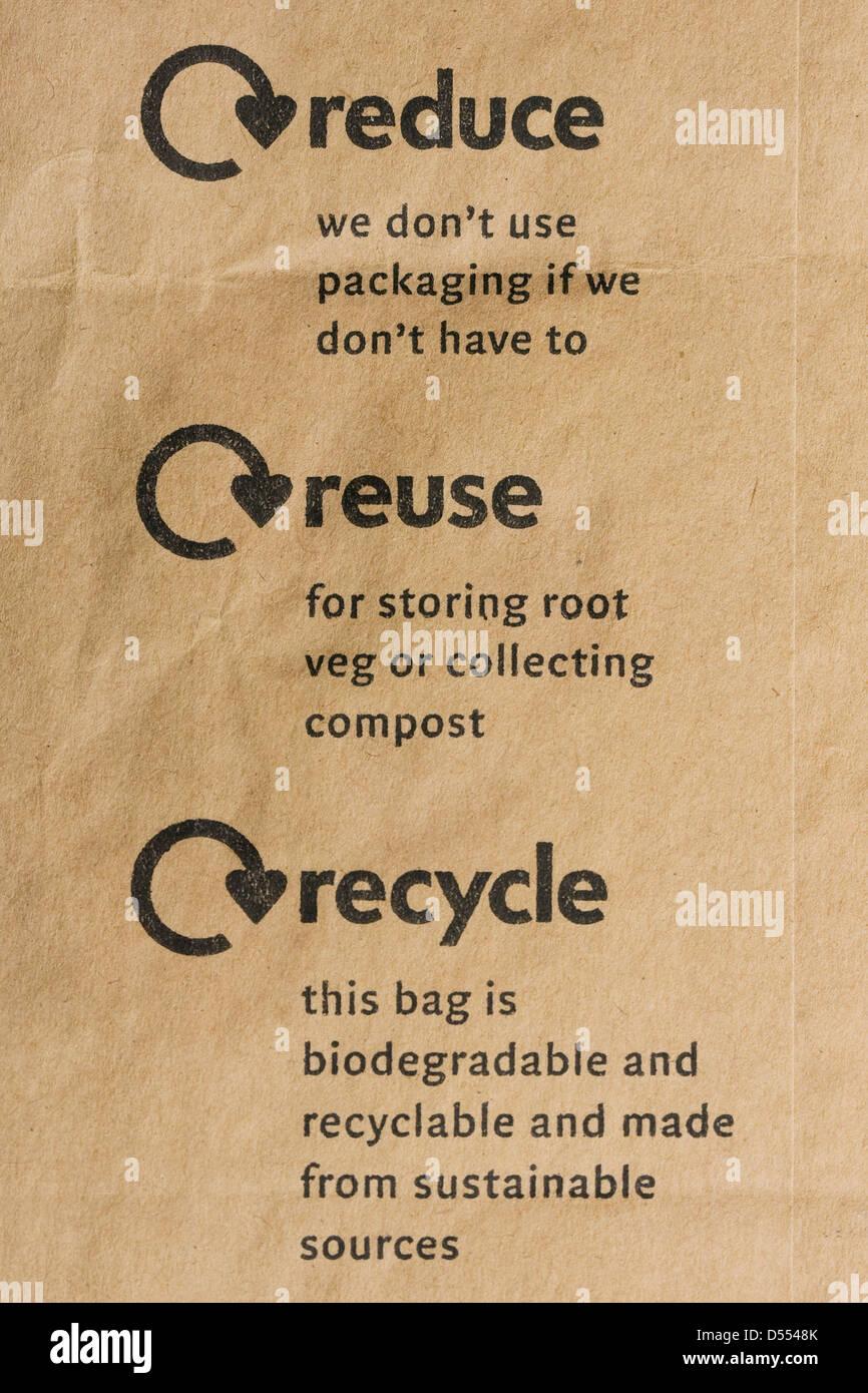 Ridurre, riutilizzare e riciclare il logo su un sacchetto di carta. Immagini Stock