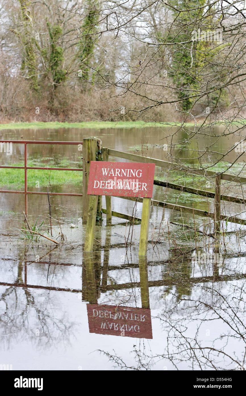 """""""Allarme acque profonde """" segno nel campo allagato in Arundel, West Sussex, Regno Unito Immagini Stock"""