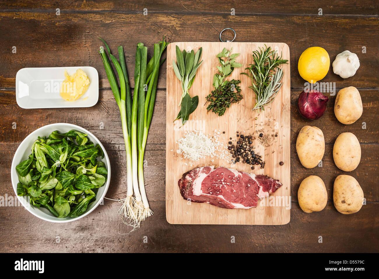 Tavolo con ingredienti e condimenti Immagini Stock