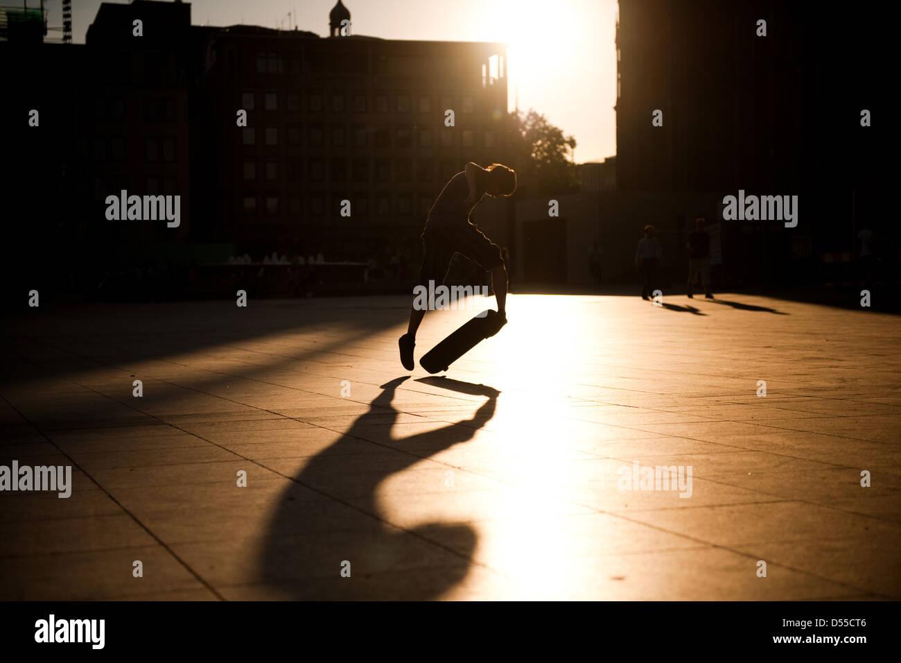 Colonia è la Germania fourts-città più grande. SkateBoard di suonare di fronte alla cattedrale. Immagini Stock