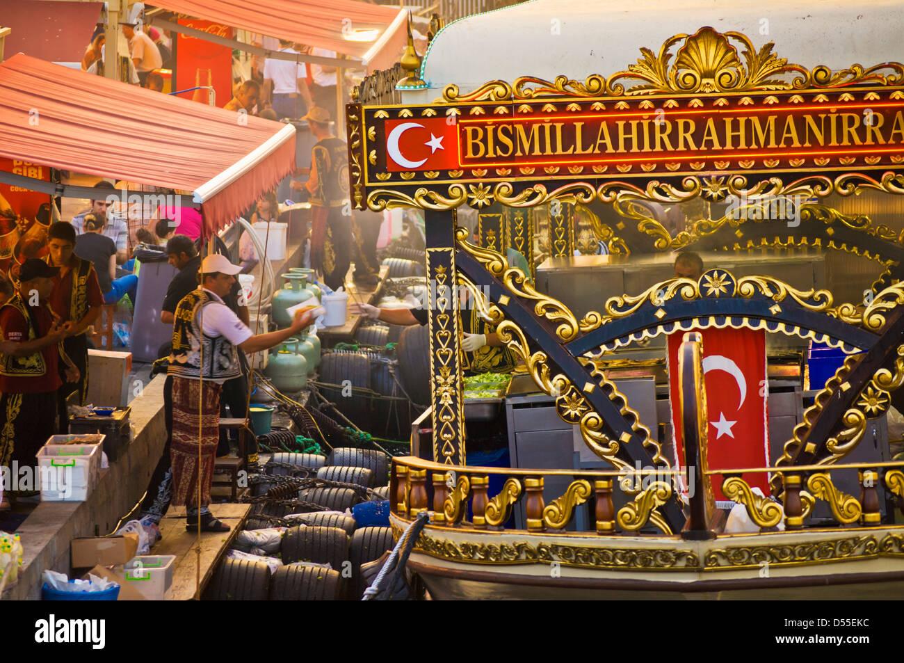 Barche tradizionali per la cottura e la vendita di cibo, Eminonu, Galeta bridge, Istanbul, Turchia Viaggi in Europa Immagini Stock
