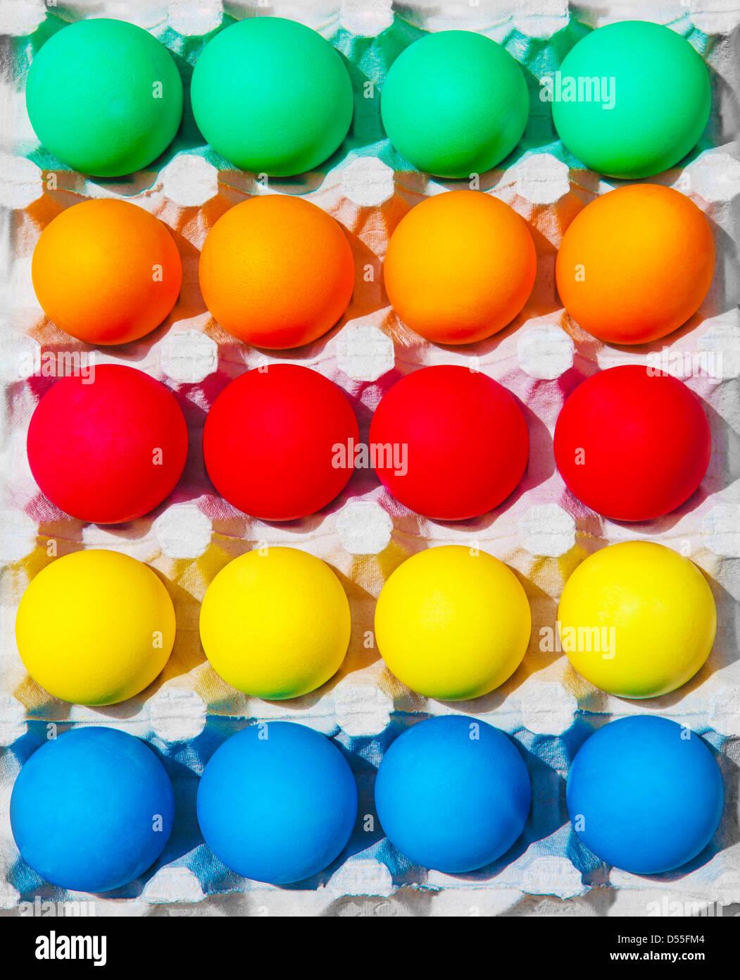 Varietà di colorate uova di Pasqua nel box, festosa sfondo astratto, cibo tradizionale per vacanze di primavera Immagini Stock