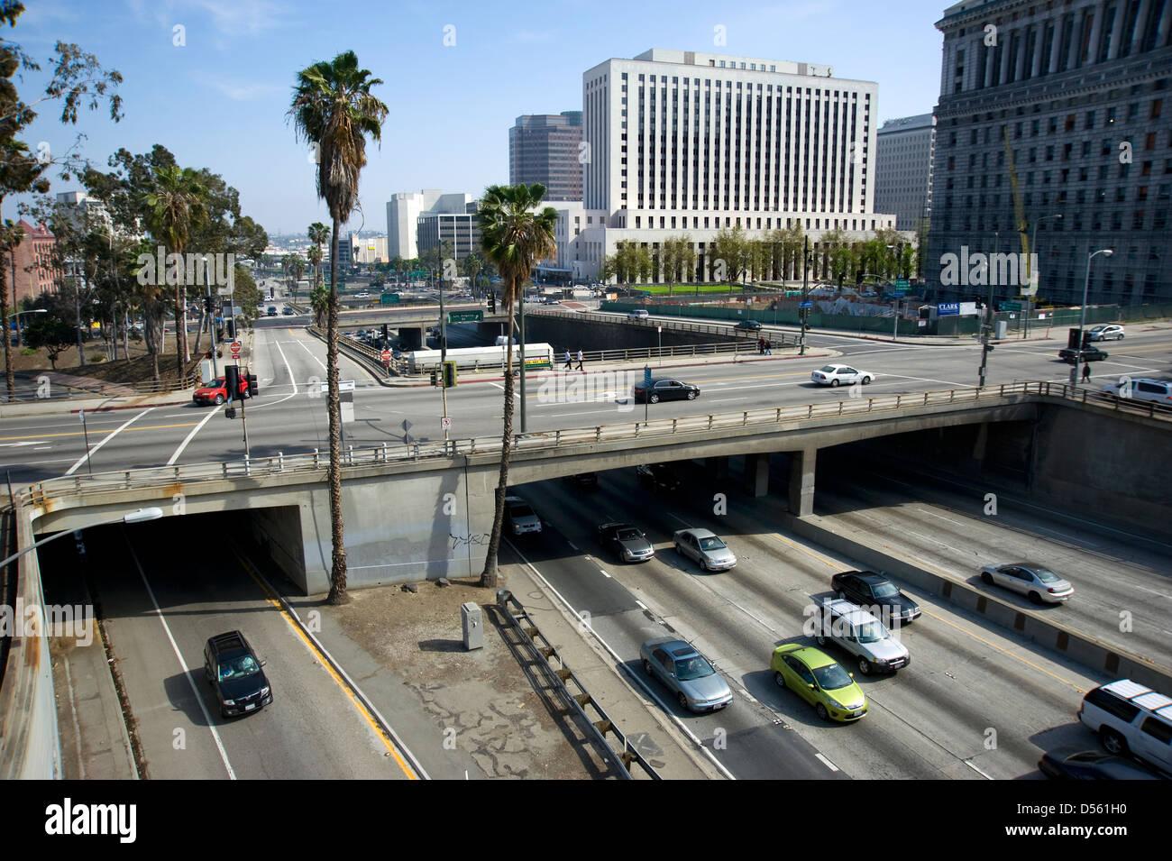 Vista del centro cittadino di Los Angeles con autostrada e cavalcavia Immagini Stock