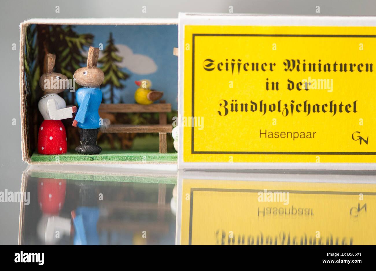 Collezionista Di Scatole Fiammiferi una persona presenta una scatola di fiammiferi progettato