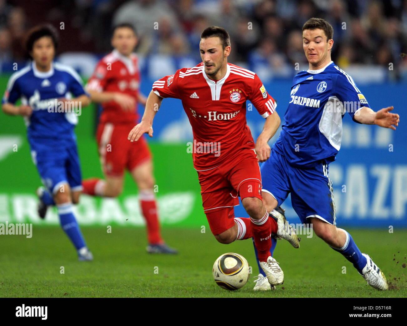 Schalke Alexander Baumjohann (R) combatte per la palla con il Bayern Diego è contento durante la Bundesliga Immagini Stock