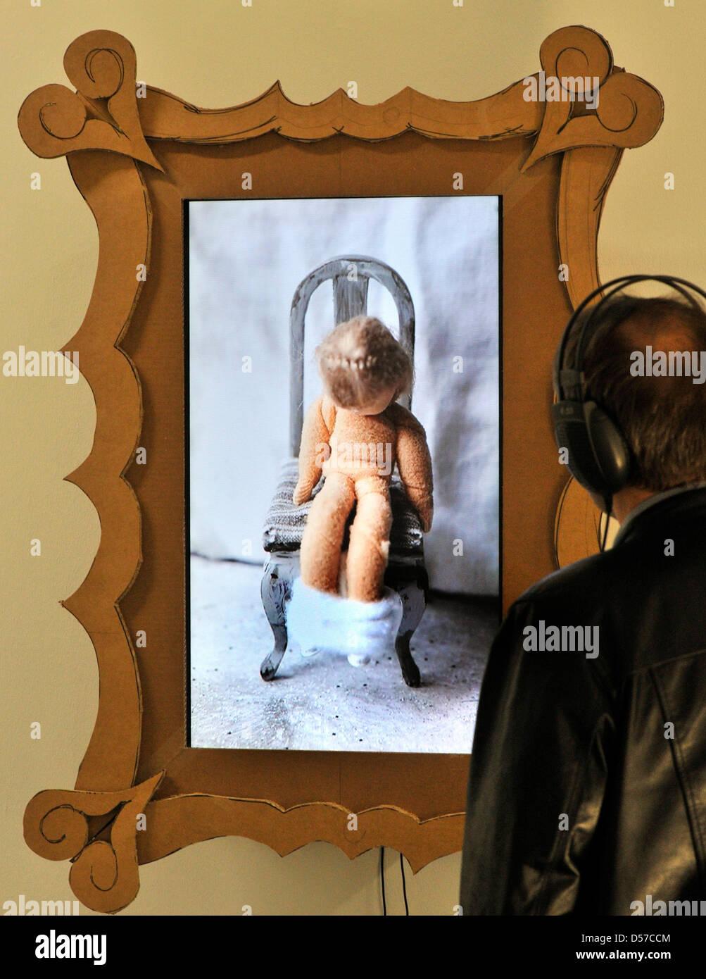 Un uomo gli occhi l'installazione 'OGGETTI DA COLLEZIONE' (2009) dall'artista tedesco Katrin Jakobsen Immagini Stock