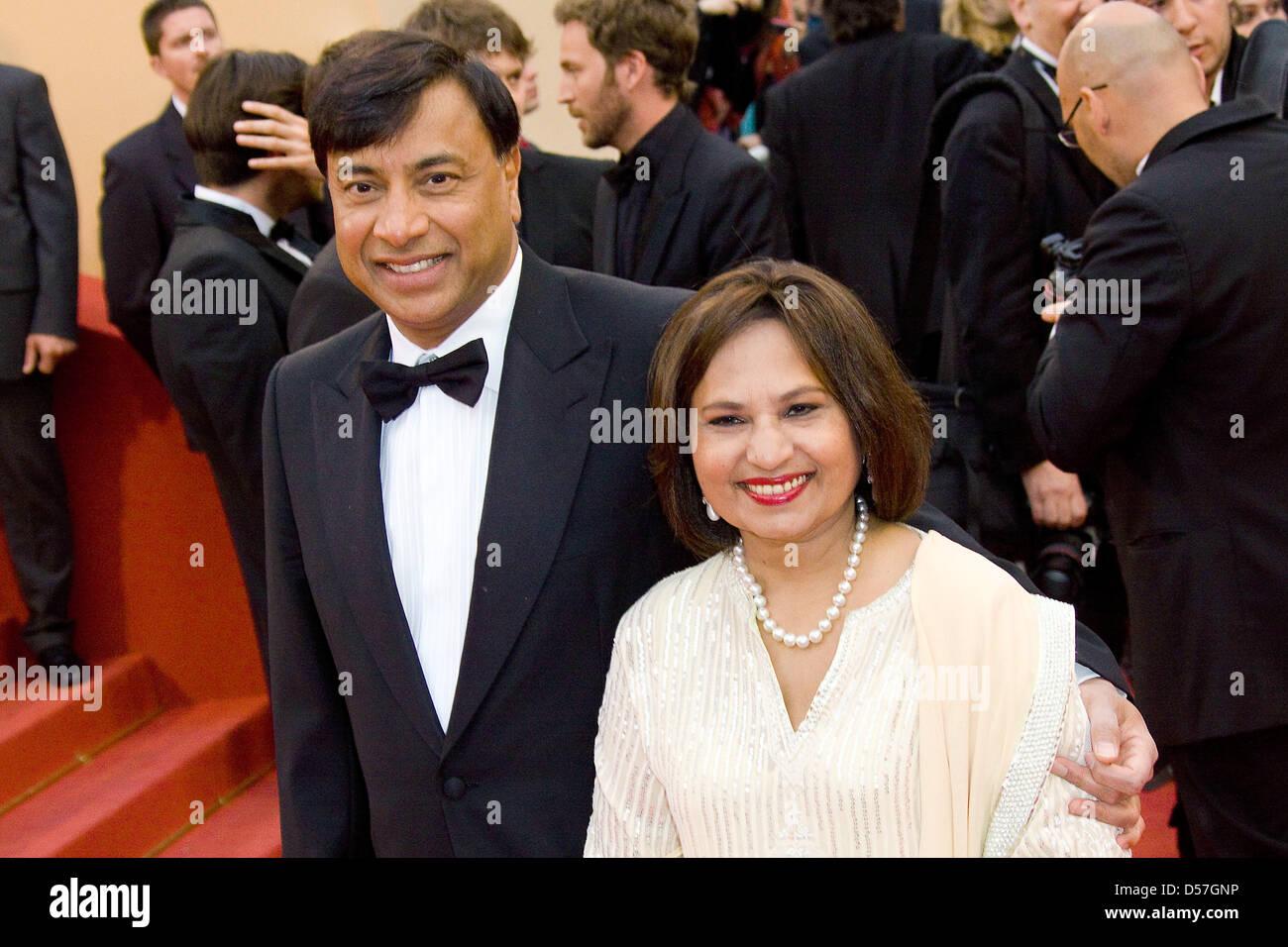 """CEO di ArcelorMittal, Lakshmi Mittal e moglie Usha arriva per la prima assoluta di """"Incontrerete un Tall Dark Immagini Stock"""