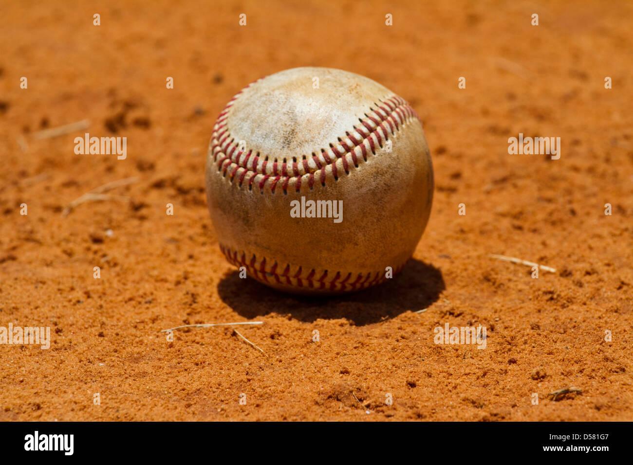 Il baseball giacente in un campo Immagini Stock
