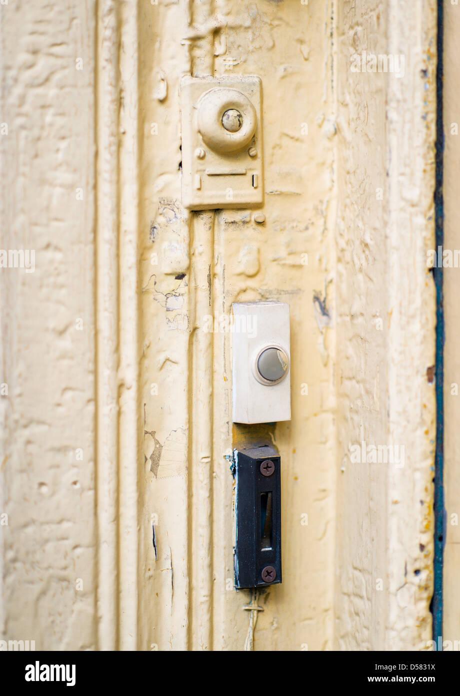 Campanello cicalini a un appartamento porta. Immagini Stock