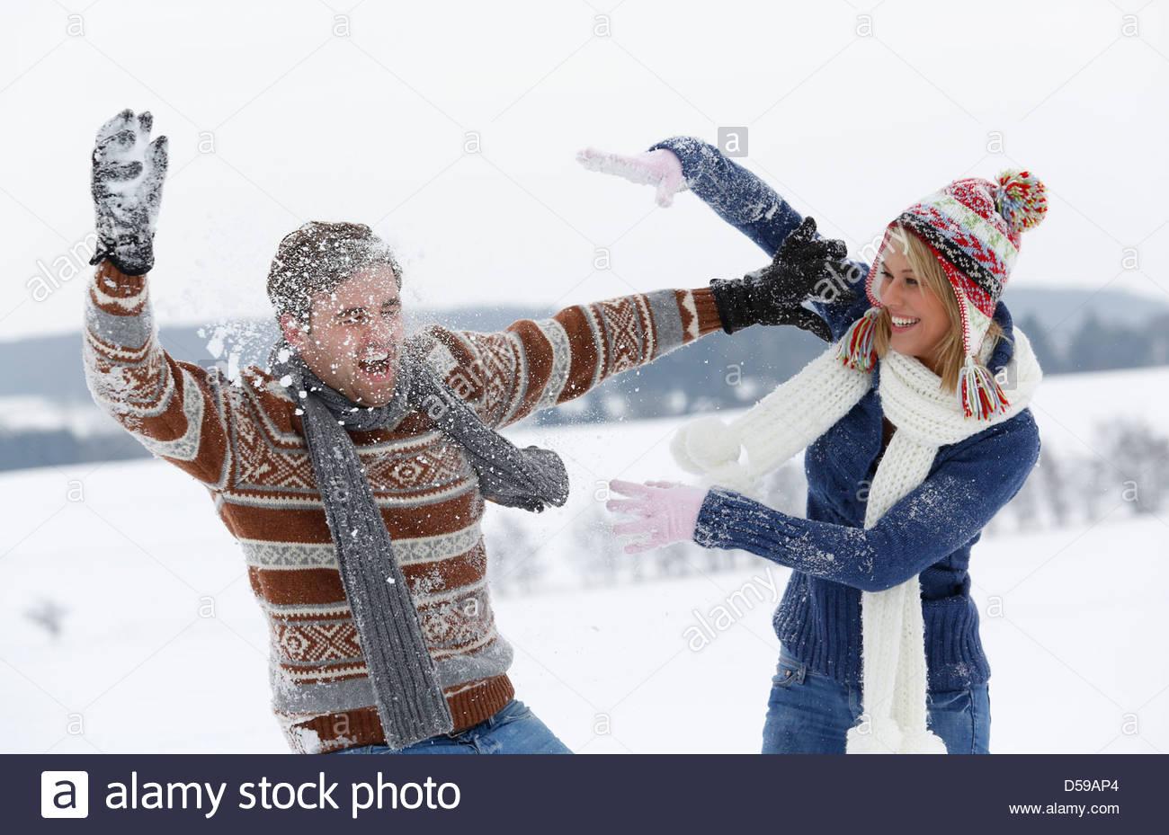 Coppia giovane una passeggiata nel paesaggio invernale Immagini Stock