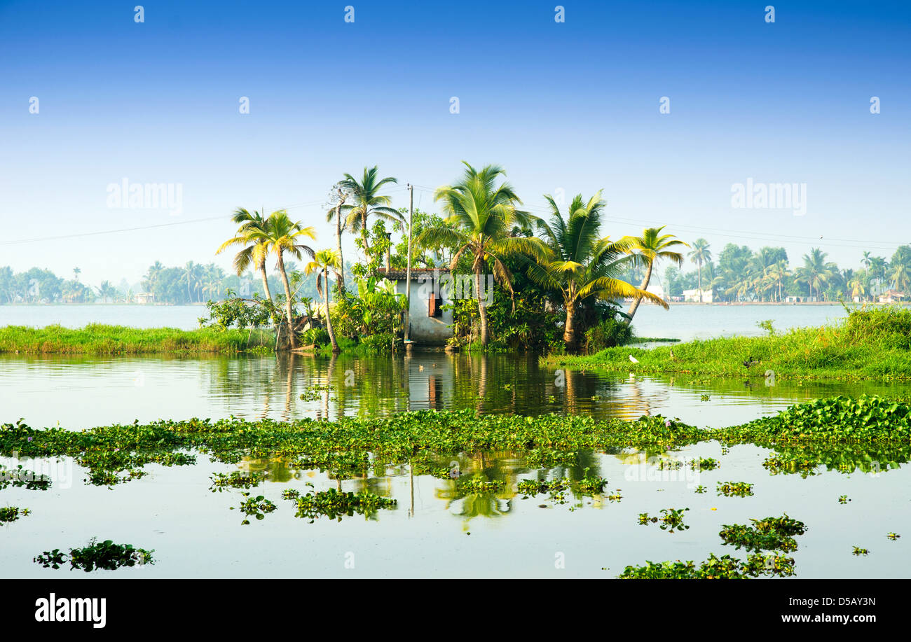 Un rifugio sulle sponde di un lago, Alleppey, Kerala, India Immagini Stock