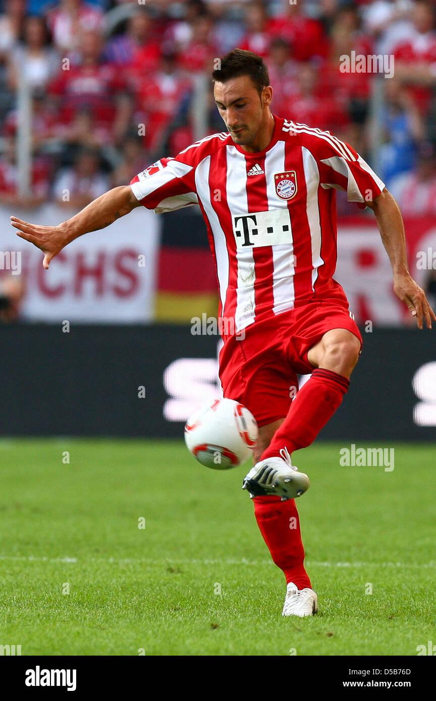 Il Bayern Monaco Diego è contento controlla la sfera durante la Supercup match contro Schalke ad Augsburg, Immagini Stock