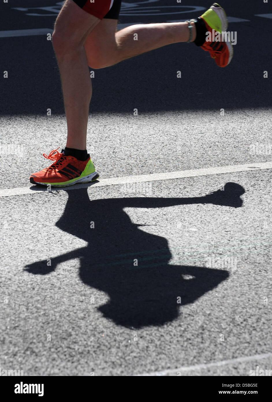 Berlino, Germania, un runner accusato i piedi nella trentaduesima Berlino Mezza Maratona Immagini Stock