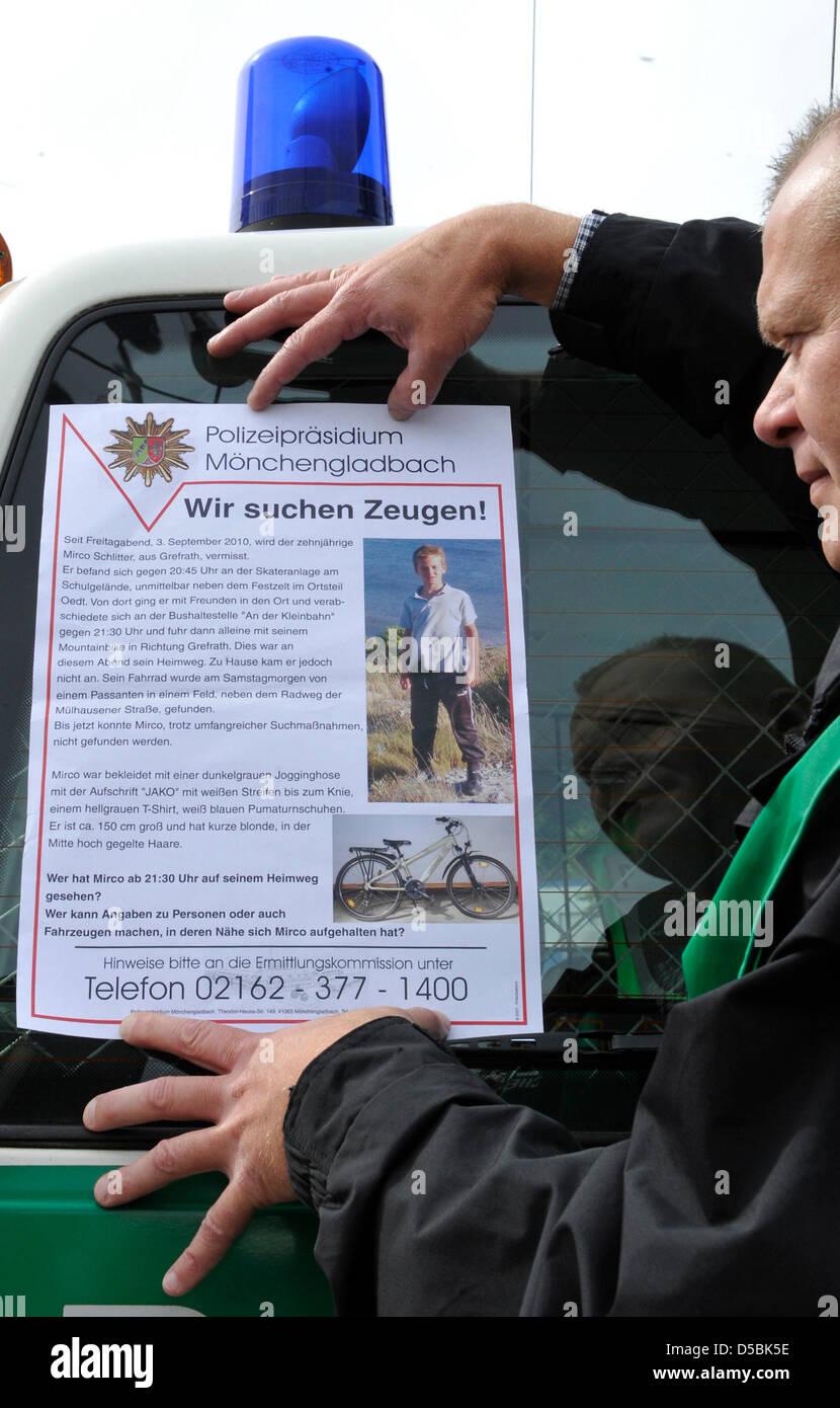 Gli ufficiali di polizia ricerca di testimoni con l aiuto di poster a Grefrath (distretto Viersen), Germania, 08 Immagini Stock
