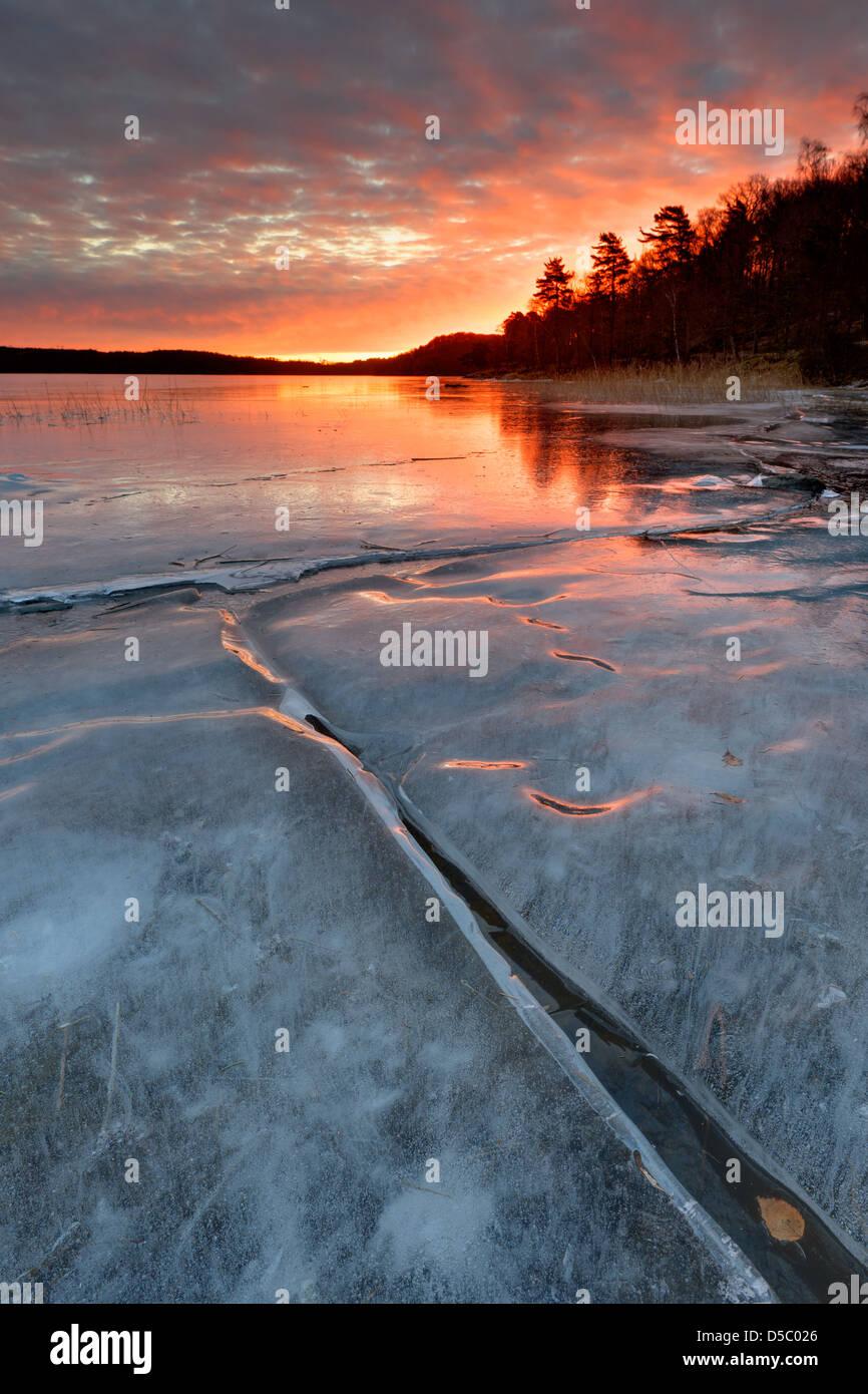 Alba sul lago ghiacciato Rådasjön, Mólndal, Svezia, Europa Immagini Stock